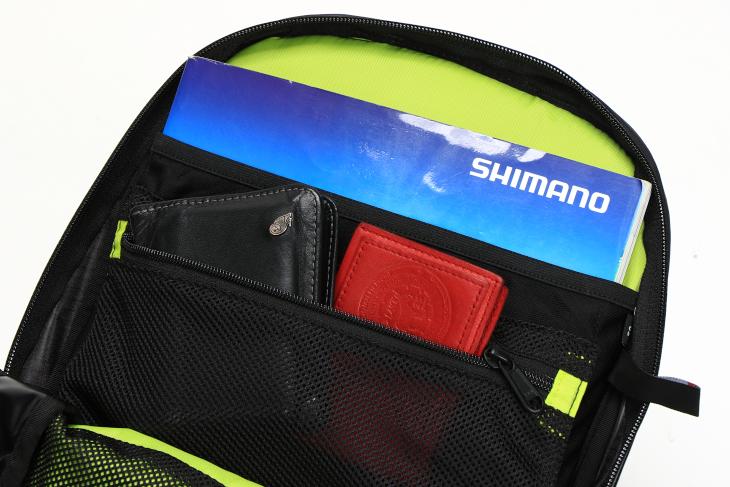 背面側のスリーブはノートPCや書類、ポケットは財布や名刺入れなどに最適だ