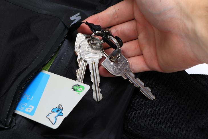 フロントポケットには鍵などを留めるフックが装備されている