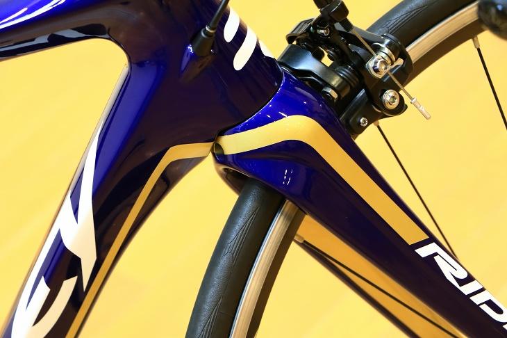 濃紺のベースカラーに高級感を醸し出すゴールドのラインデザインが随所に入る