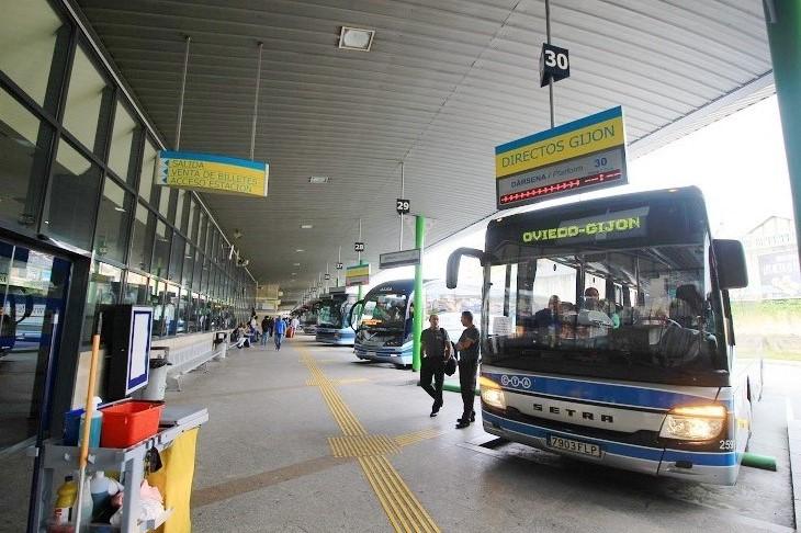 バスターミナルには様々な都市に向かうバスが集合