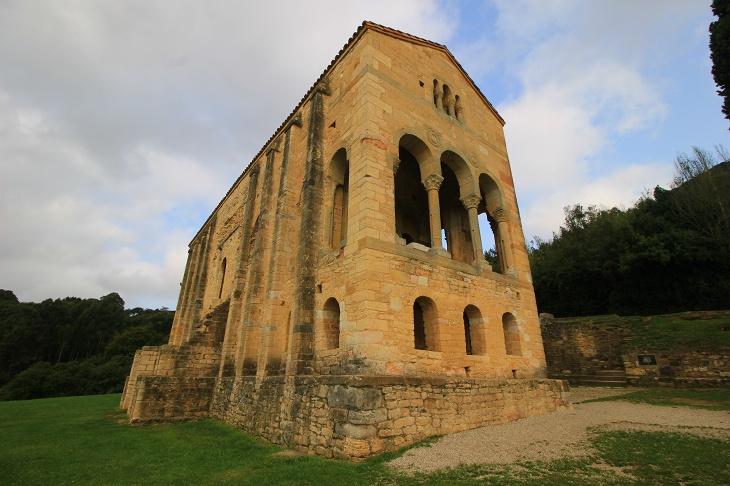 王様の夏の離宮だったというサンタマリア・デ・ナランコ教会
