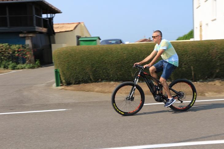 電動自転車で汗1つかかずに登っている人も