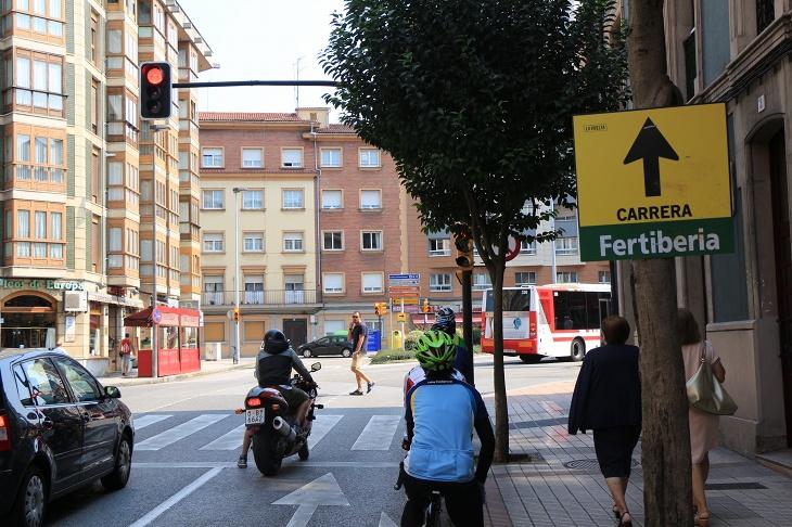 ヒホンの街中では矢印看板でコースが分かる