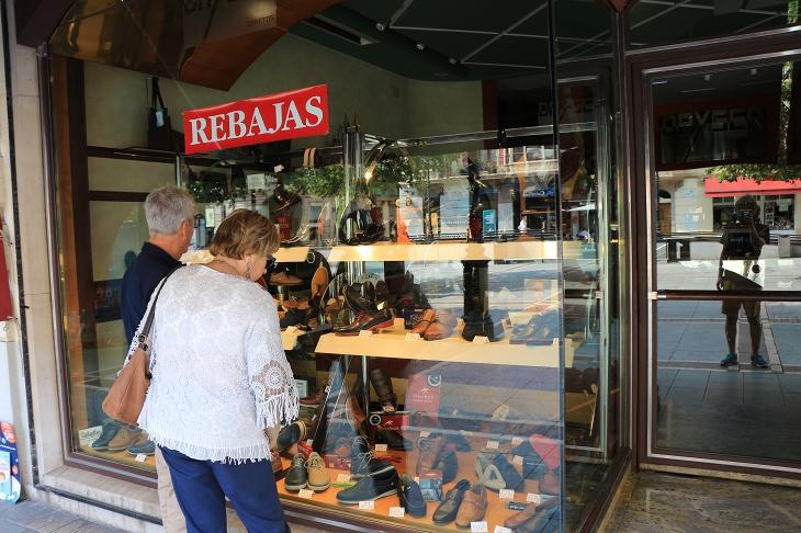 靴屋さんが多く、皆ウインドショッピングしている