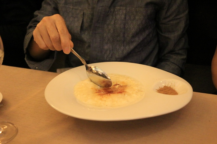 デザートのミルク粥、アロス・コン・レチェはクセのある甘さ