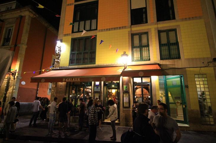 ホテルから少し歩いたところにある本日のレストラン