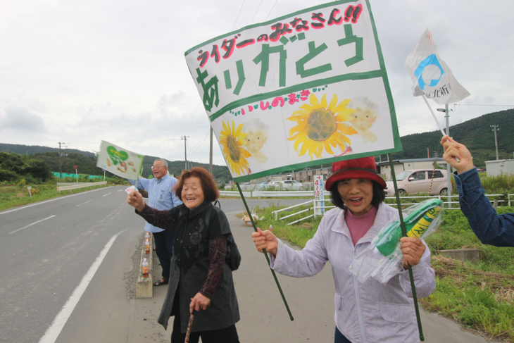 沿道でツール・ド・東北の一行に声援を送る地元の方々