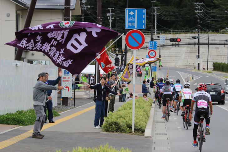 女川駅エイドに着くと大漁旗をもった人々が迎えてくれた