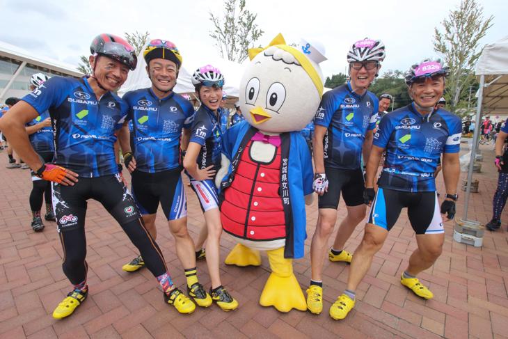 カモメの着ぐるみキャラ「シーパルちゃん」。青いハッピに黄色い足。まるでSUBARUチームの一員?