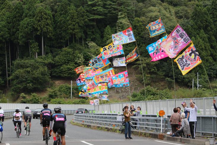 沿道に見事な大漁旗がはためく。壮観な眺めだ