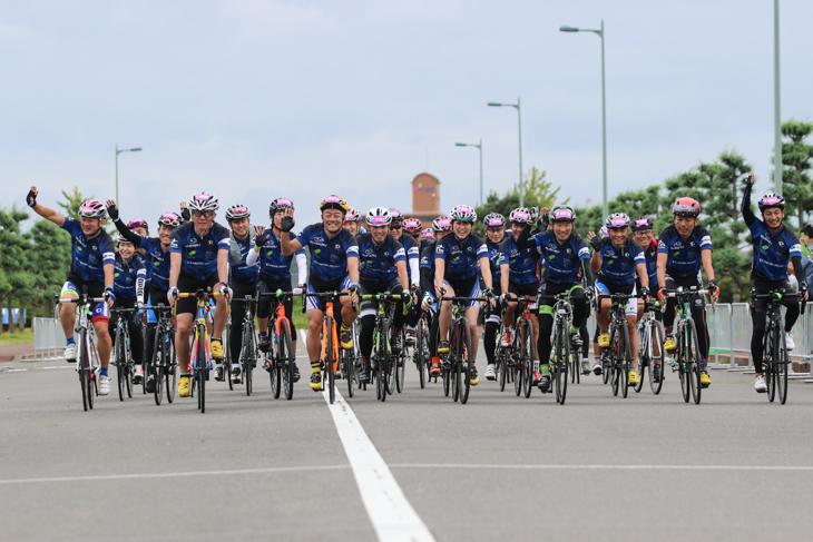 全員揃ってフィニッシュするSUBARU100kmチャレンジプロジェクトの参加者たち