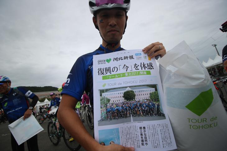 ゴール地点ではスタート時に撮影された写真の新聞の号外が配布された