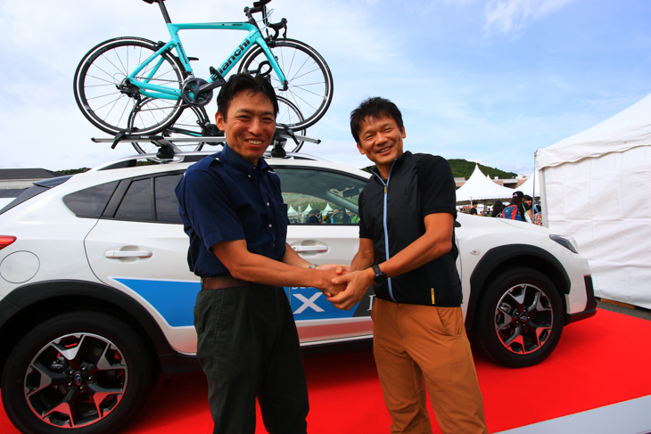 スバル ネクストストーリー推進室主幹・高橋幸一さん(左)と、Yahoo! JAPAN社長の宮坂学さん