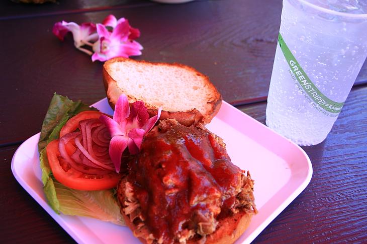 ハワイらしいカルーアポークのバーガーでブランチ