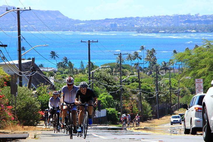 美しい湾の風景を背にハナウマベイへ向けて登りをこなす