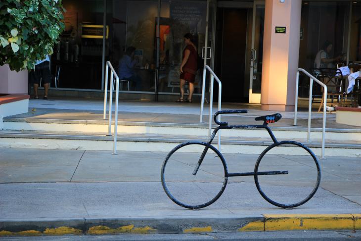 街中で見かけるポップなデザインの自転車止め