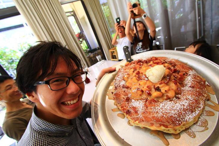 顔よりも大きい巨大パンケーキをみんなでいただく