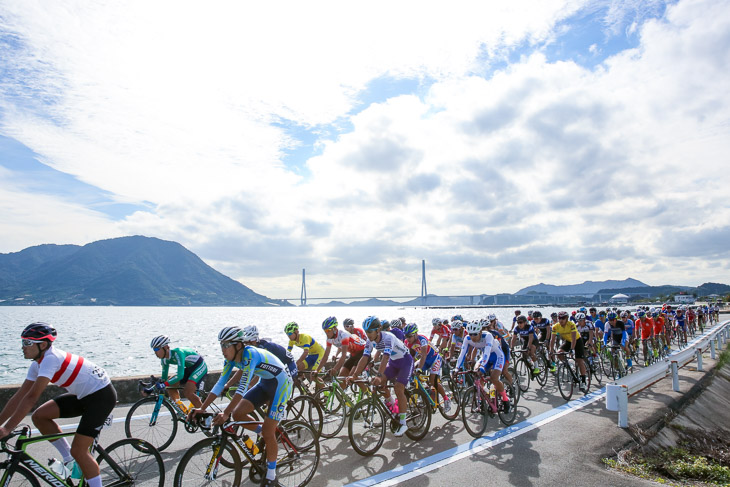 成年男子1周目2km地点 多々羅大橋をバックに大三島を1周する