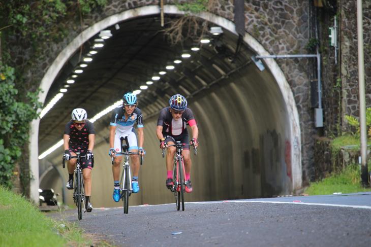 パリハイウェーのトンネルを越えるとピークだ