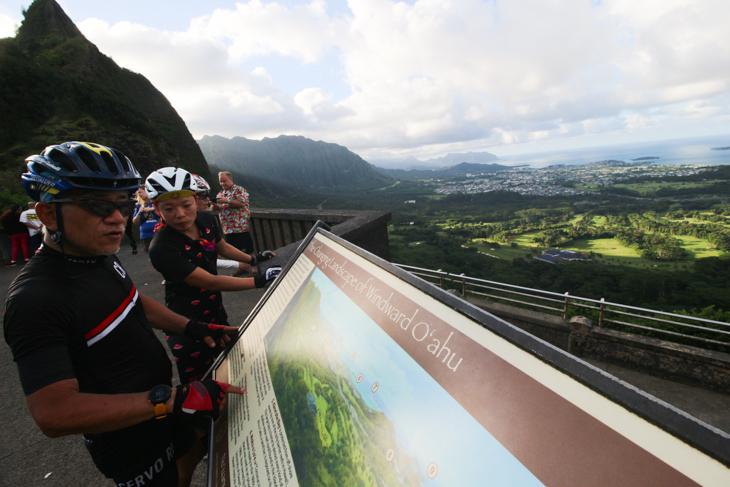 ヌウアウパリ峠の展望台からセンチュリーライドで走る海岸線を眺める