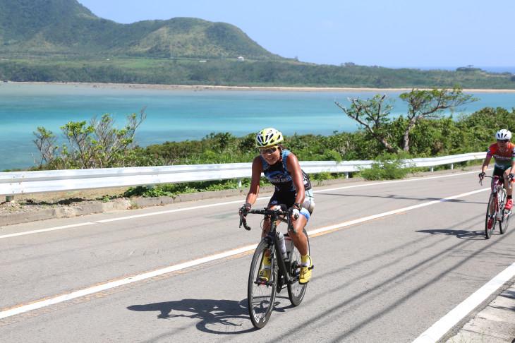 石垣島ブルーの青い海をバックに走る GREAT EARTH 石垣島&西表島ライド