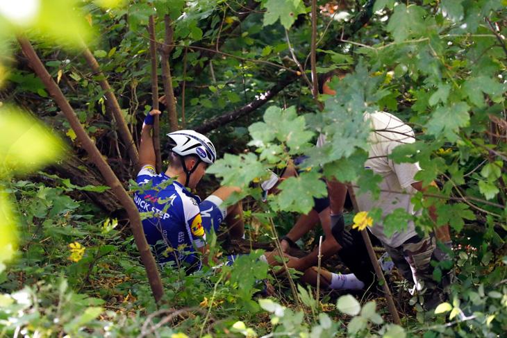 沿道の木々に突っ込んだローレンス・デプルス(ベルギー、クイックステップフロアーズ)