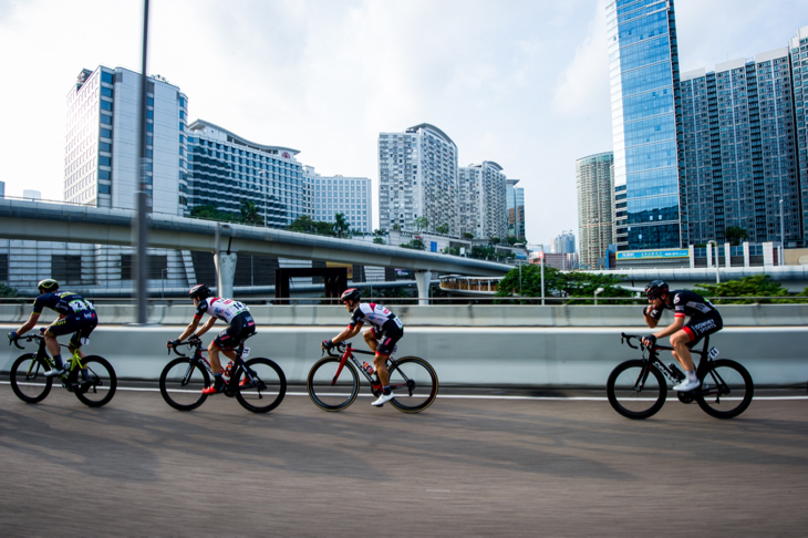 九龍の高層ビルの合間を駆け抜けるサンフンカイプロパティーズ・香港チャレンジ