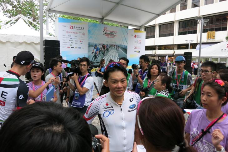 レース後にインタビューを受ける新城幸也(日本ナショナルチーム)