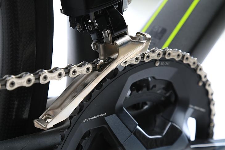 フロント変速用のガイドプレートは一般的な製品と同様のデザイン