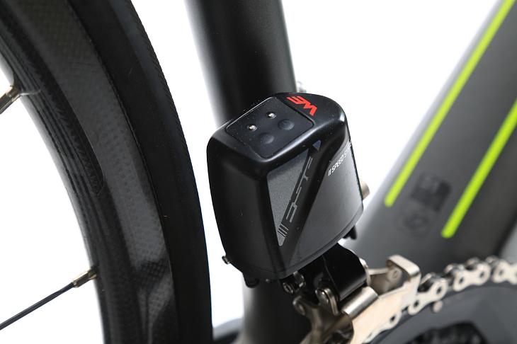 フロントディレイラー本体上部には電源ボタンとセッティング用ボタンを配置