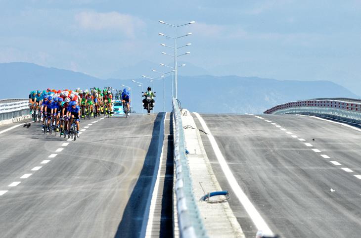 ガスプロム・ルスヴェロを先頭に幹線道路を走るプロトン