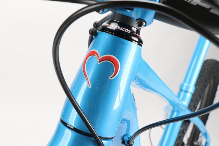 メタリック調のライトブルーが特徴的なカラーリングが採用される