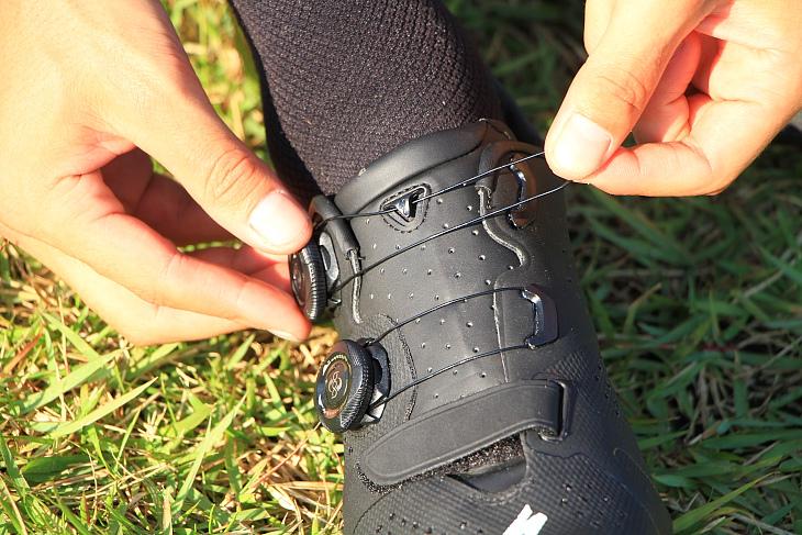 脱ぎ履きの際はワイヤーを留め具から外して緩めることができる