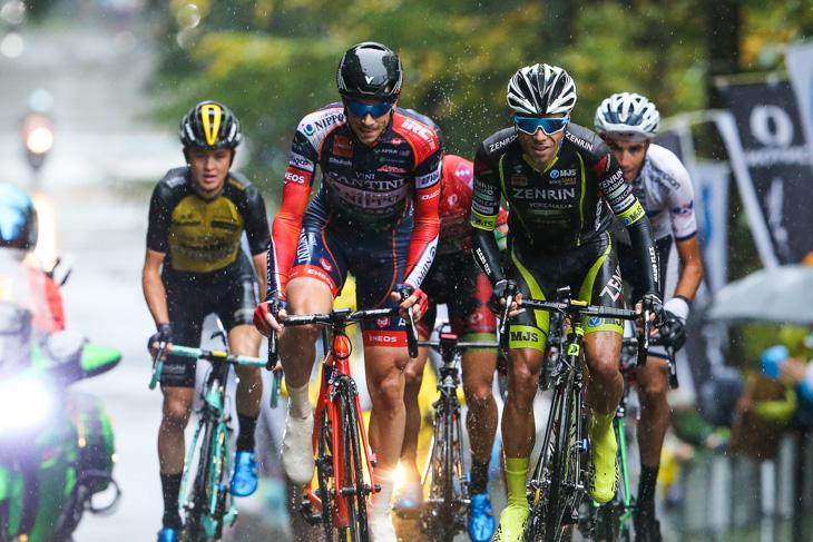 先頭グループを形成して最終周回に入るマルコ・カノラ(イタリア、NIPPOヴィーニファンティーニ)やベンジャミン・プラデス(スペイン、チーム右京)