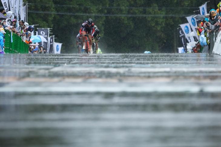 先頭で最終ストレートに現れたマルコ・カノラ(イタリア、NIPPOヴィーニファンティーニ)