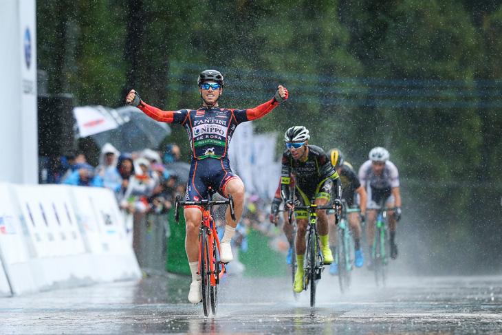 プラデスを振り切って勝利したマルコ・カノラ(イタリア、NIPPOヴィーニファンティーニ)