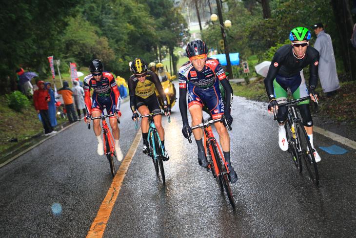 アイラン・フェルナンデス(スペイン、マトリックス・パワータグ)とイヴァン・サンタロミータ(イタリア、NIPPOヴィーニファンティーニ)を含む追走4人が先頭3人を追い込んでいく