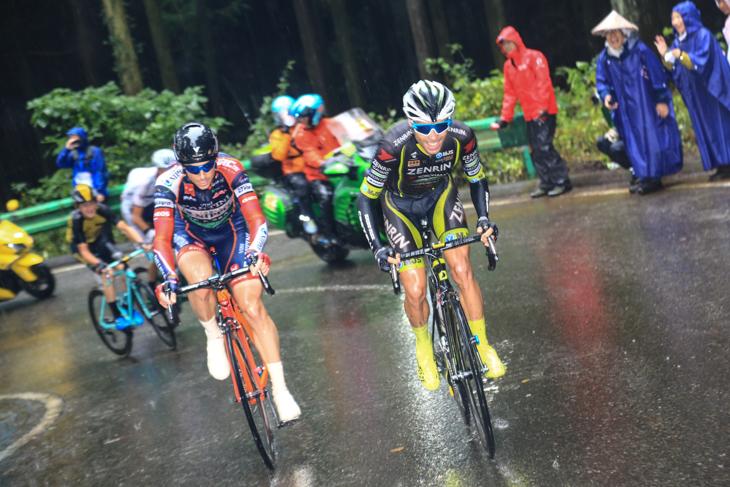 10周目ラストの古賀志林道の登りでベンジャミン・プラデス(スペイン、チーム右京)とマルコ・カノラ(イタリア、NIPPOヴィーニファンティーニ)が抜け出しを図る