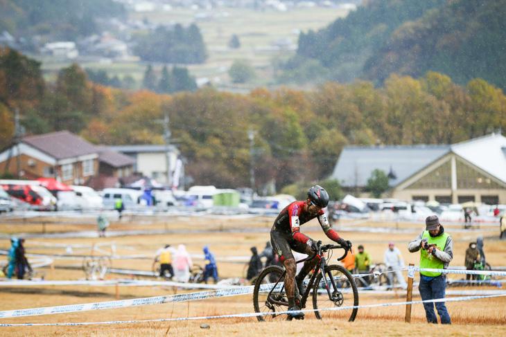 C1 マキノ高原スキー場のゲレンデを走る小坂光(宇都宮ブリッツェンシクロクロスチーム)