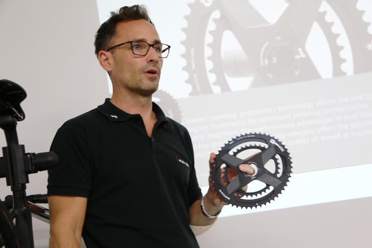 新製品のALDHUクランクを説明するローターのアジア地域マネージャー、ダニエル氏