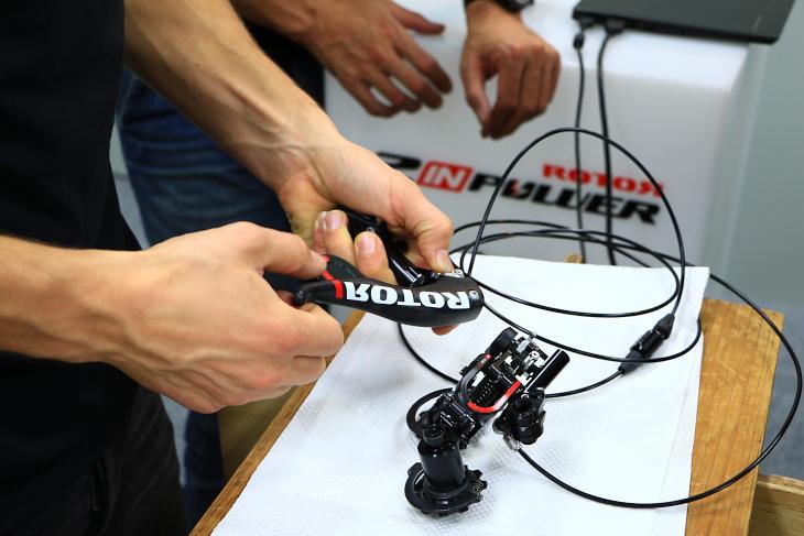 デモ機も持ち込まれ変速の動きや細部の構造を確認した