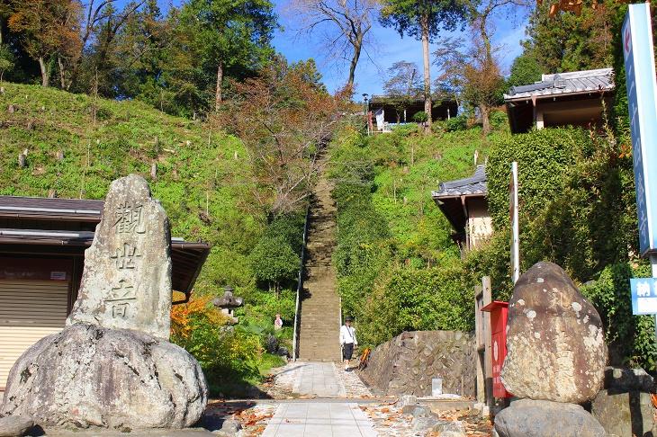 壁のような117段の石段を登っていくと観音堂が現れます