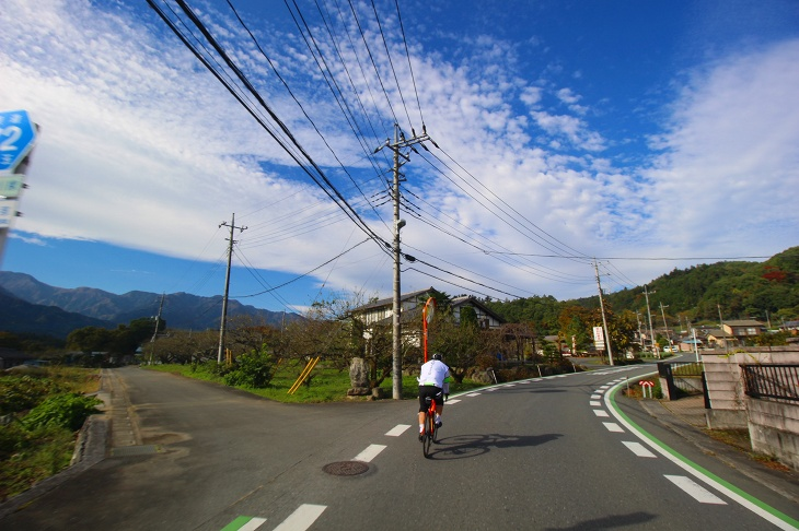 雲と青空のコントラストが美しい秋の秩父を行きます