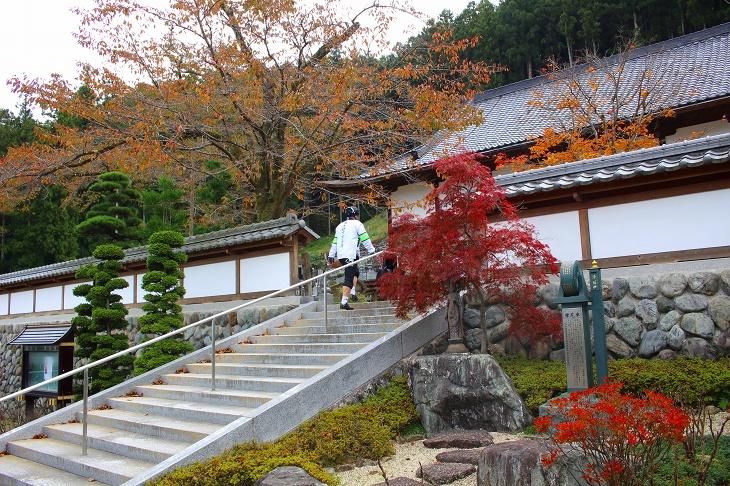圓融寺の本尊が安置される本堂は大きな建物だが殺風景な外観です