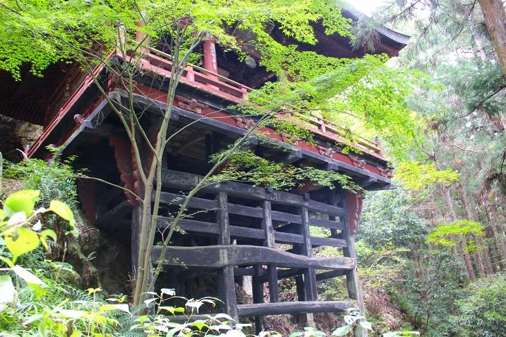 黒塗りの木組みの上に岩井堂が建つような構造です
