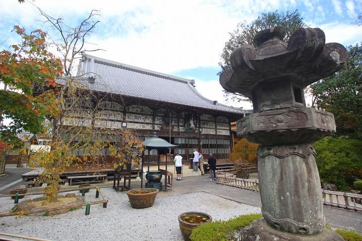 長泉院の本堂は別名、石札道とも呼ばれ、文暦元年に性空上人が石札を納めたと云われています