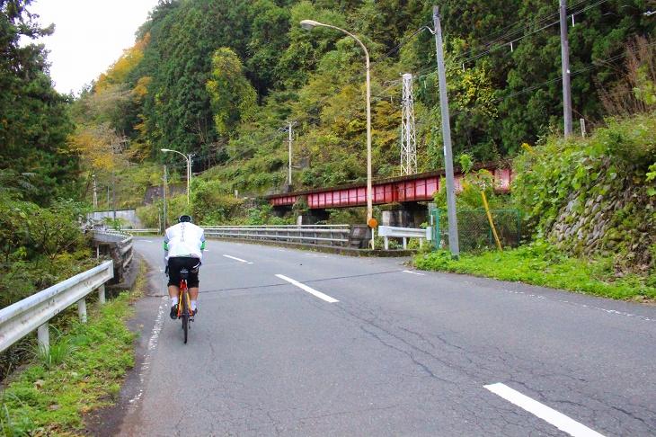 秩父鉄道を右手に秩父駅までメタボ会長の高速平坦巡航で帰ります