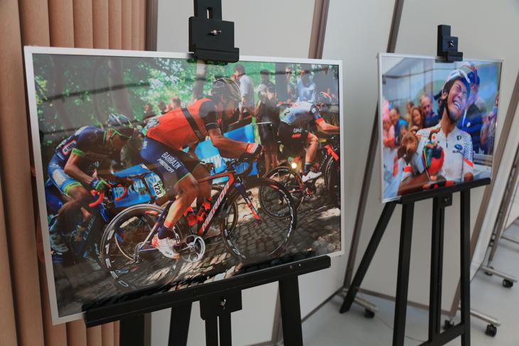 飯島美和さん撮影による新城幸也選手の写真が飾られた