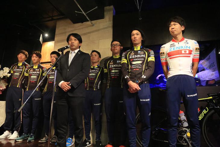 2017シーズン報告会で選手とともに立つ片山右京監督