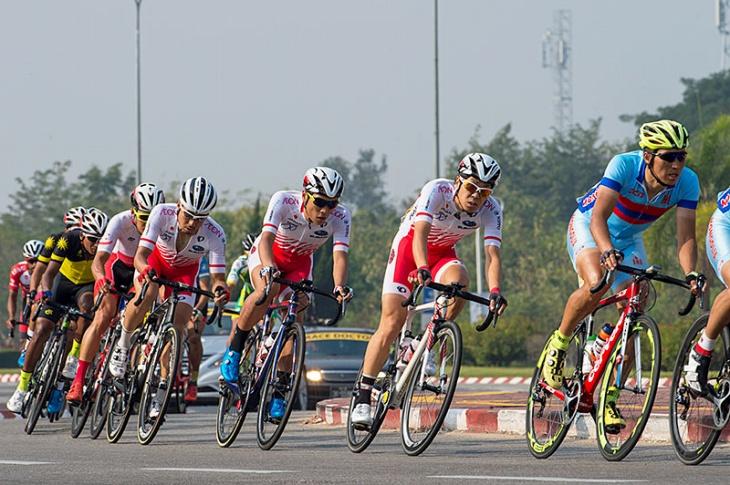集団内でまとまって走る日本チーム